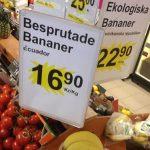 Bordje met daarop: bespoten bananen, tijdens boodschappen doen