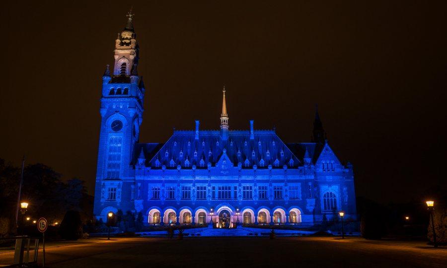 VN viert 75ste verjaardag. Gebouwen in Nederland kleuren blauw.